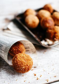 Arancini miniatures stuffed with cheese Vegetarian Recipes Easy, Gourmet Recipes, Cooking Recipes, Hot Appetizers, Appetizer Recipes, Fingers Food, Canadian Cuisine, Arancini, Brunch