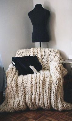 cozy office reading corner Love this for the knitted chair cover - mj Cozy Office, Big Knits, Chunky Knits, Chunky Wool, Home Decoracion, Modern Crochet, Diy Chair, Love Home, Knitted Blankets