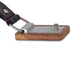 Kožený opasek s dřevěnou přezkou