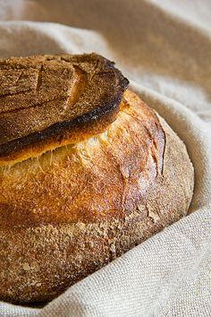 """Mein Brotfreund Allé, der mit mir das Lexikon Bäckerlatein aufbaut, ließ mir ein Rezept zukommen, das er aus dem Buchklassiker """"Pains d'hier et d'aujourd'hui"""" aus dem Französischen übersetzt hat. Es handelt sich um ein reines Weizensauerteigbrot mit wilder Porung. Die Besonderheit: Aus dem Teig werden zwei Kugeln geformt, eine große und eine kleine. Die kleine Kugel Weiterlesen..."""