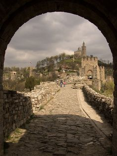 The medieval walls of Veliko Tarnovo, former capital of Bulgaria (by arhangel).