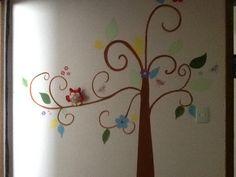 Corujinha em feltro para decorar pintura em parede de quarto.