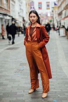 The Best Street Style Looks From London Fashion Week Fall 2020 - Fashionista London Fashion Weeks, New York Fashion, Paris Fashion, Autumn Fashion, Street Style Trends, Top Street Style, Autumn Street Style, Cool Street Fashion, Autumn Style