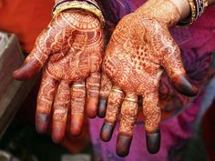 Manos cubiertas de henna, India.   Tatuajes, perforaciones, y escarificación