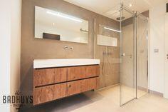 Badkamer met warme uitstraling en ruime inbouwkast | Het Badhuys