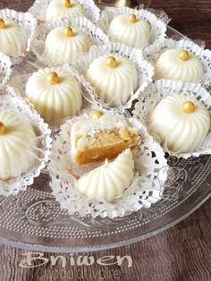 Salem Bonjour Honnêtement on ne se lasse pas de ces petites Arabic Dessert, Arabic Sweets, Arabic Food, Eid Cake, Algerian Recipes, Taffy Candy, Sweet Little Things, Traditional Cakes, Little Cakes