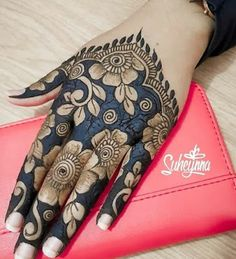 This dual twist to arabic mehndi designs here is so delicate and pretty. If you want a fairly simple pattern yet som. Khafif Mehndi Design, Floral Henna Designs, Back Hand Mehndi Designs, Latest Bridal Mehndi Designs, Stylish Mehndi Designs, Mehndi Designs Book, Mehndi Designs For Girls, Mehndi Designs For Beginners, Mehndi Design Photos
