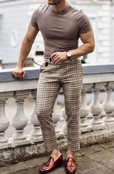 Why mens fashion casual matters? But what are the best mens fashion casual tips out there that can help you […] Formal Men Outfit, Outfits Casual, Stylish Mens Outfits, Mode Outfits, Simple Outfits, Vest Outfits, Trajes Business Casual, Business Casual Men, Business Outfits
