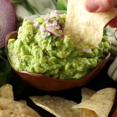 This delicious and easy homemade guacamole recipe is the best guacamole recipe around! So easy to make with ripe avocados, cilantro, onion, garlic, sea salt and lime juice! Grab your tortilla chips and dig into this! Homemade Guacamole Easy, Guacamole Recipe Easy, Guacamole Recipe With Mayonnaise, Guacamole Sauce, Avocado Guacamole, Guacamole Recipe Without Lime, Vegetarian Recipes, Cooking Recipes, Healthy Recipes