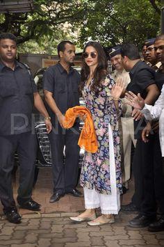 Pakistani dresses - Deepika Padukone keeps up with her 'Siddhivinayak' tradition Kurta Designs Women, Salwar Designs, Blouse Designs, Indian Suits, Indian Attire, Indian Wear, Style Deepika Padukone, Kurta Style, Desi Wear