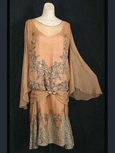 Beaded/embroidered silk chiffon dress with matching coat, Label: Beneway/Hartford, Connecticut. courtesy of Vintage Textile 20s Fashion, Fashion History, Art Deco Fashion, Vintage Fashion, Edwardian Fashion, Fashion Dresses, Style Année 20, Mode Style, 1920s Outfits
