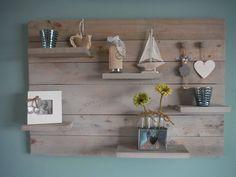 Assortiment van hout zoals wandborden, tijdschriftenrek, en lampen.