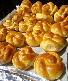 Greek Sweets, Greek Desserts, Greek Recipes, Sweets Recipes, Easter Recipes, Cooking Recipes, Sweet Buns, Sweet Pie, Greek Bread
