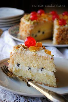 La torta siciliana racchiude tutti i sapori dei dolci tipici della Sicilia: ricotta, arancia candita, pistacchi... ricorda la cassata siciliana tradizionale
