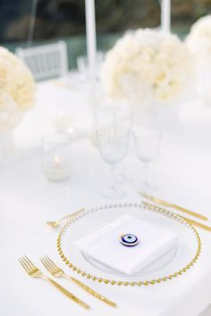 39 Trendy ideas for wedding table menu cards gold chargers Santorini Wedding Venue, Luxury Wedding Venues, Greece Wedding, Sunset Wedding, Star Wedding, Wedding Menu, Wedding Table Settings, Wedding Table Numbers, Wedding Tables