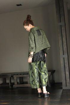 画像2: キモノカラージャケット・タックヘムパンツ セットアップ Kimono Jacket, Kimono Dress, Japanese Fabric, Japanese Kimono, Sewing Clothes, Diy Clothes, Batik Fashion, Kimono Fabric, Oriental Fashion