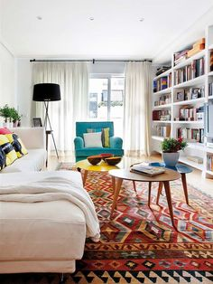 Eine schwule und farbenfrohe Wohnung in Spanien A gay and colorful apartment in Spain # living room Colourful Living Room, Rugs In Living Room, Interior Design Living Room, Home And Living, Living Room Designs, Living Room Decor, Colorful Rugs, Colorful Apartment, Sweet Home