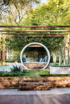 aménagement jardin extérieur avec coin lounge moderne, pergola en bois et parterre de cactus en béton
