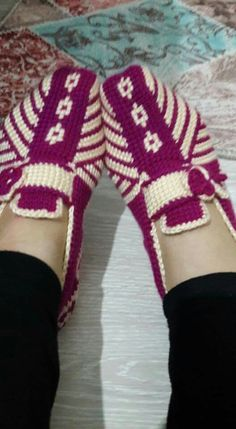 This Pin was discovered by Ayt Knitting Videos, Knitting Stitches, Knitting Socks, Tunisian Crochet, Filet Crochet, Knit Crochet, Knitted Booties, Knitted Slippers, Smocking Patterns