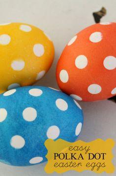Super easy Polka Dot Easter Eggs on { lilluna.com }