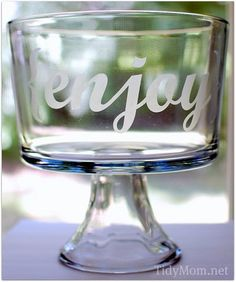DIY Etched {enjoy} bowl tutorial for cricut projects Diy Projects To Try, Crafts To Make, Vinyl Projects, Craft Gifts, Diy Gifts, Xmas Gifts, Glass Dessert Bowls, Do It Yourself Inspiration, Silhouette Projects