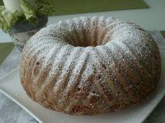 Vejce vyšleháme s cukrem, přidáme citronovou kůru i šťávu, olej a střídavě mléko a mouku s práškem. Nakonec vmícháme rozinky a jablíčka. Pečeme...