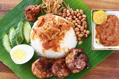 Despite the broad diversity of cultures and cuisines in Malaysia, there is one dish that binds us all - Nasi Lemak . Easy Summer Meals, Summer Recipes, Summer Food, Malaysian Food, Malaysian Recipes, Coconut Milk Rice, My Favorite Food, Favorite Recipes, Nasi Lemak