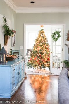 This beautiful Christmas tree is such a focal point in two rooms at once! | #christmas #xmas #holiday #decorating #decor