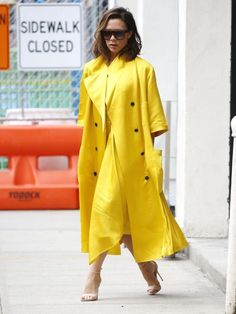 Żółte płaszcze w stylizacjach gwiazd - PUDELEK