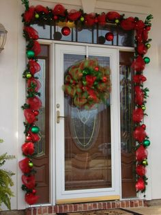 Outdoor Christmas Decorations in our APP about Christmas Ideas, 90 Amazing Christmas Decor Whoville Christmas, Christmas Porch, Christmas Holidays, Christmas Wreaths, Decorations Christmas, Christmas Themes, Holiday Decor, Christmas Front Doors, Christmas Inspiration