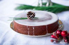 """Mein erstes Rezept auf dem """"neuen"""" Blog (mehr dazu könnt Ihr hier lesen) und natürlich gleich was mit Schokolade. Und Lebkuchen. Und Kuchen. Kurzum: Ein Lebkuchen-Schokoladen Kuchen, der weihnachtlicher nicht sein könnte. In diesem saftigen, kleinen Kuchen vereinen sich sämtliche Advents-Aromen, die bei mir sofort wunderbare Kindheitserinnerungen wecken. Allein das Backen dieses Kuchens ist Genuss …"""