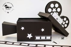 Deco Cinema, Cinema Party, Movie Themes, Party Themes, Diy Arts And Crafts, Crafts For Kids, Hollywood Decorations, Hollywood Theme Classroom, Cardboard Box Crafts