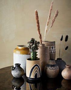 Terracotta is helemaal in. Je kan de mooiste dingen creëren uit klei. Zoals deze mooie Terracottavazen. De naturelle aardentinten zijn rustgevend en passen in veel verschillende interieurs. Het is heel belangrijk om thuis tot rust te komen. Deze natuurlijke vazen doen dat en bovendien ook nog eens op een prachtige manier; Terracottavazen zijn enkel voor decoratief gebruik. Groot voordeel is dat deze veel minder stof vangen als andere moderne vazen. Pots, The Cool Republic, Bella Rose, Vase, V60 Coffee, Diffuser, Apple Cider, Coffee Maker, Products
