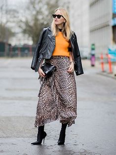 14 Street Style Looks That Prove Leopard Is A Timeless Neutral - Season Outfit Street Style Trends, Top Street Style, Autumn Street Style, Leopard Skirt Outfit, Leopard Print Skirt, Winter Skirt Outfit, Street Style Pour Femmes, Printed Maxi Skirts, Inspiration Mode