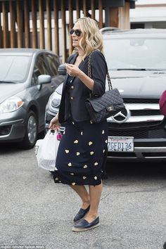 Molly Sims departs salon in chic two-piece ensemble and espadrilles Chanel Espadrilles Outfit, Black Espadrilles, Molly Sims, Style Finder, Blazer Fashion, Summer Wardrobe, Fashion Forward, Celebrity Style, Summer Outfits