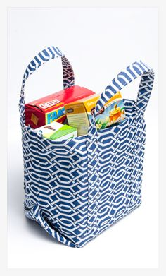 Re-usable grocery bags are becoming quite popular as more stores and shoppers try to be eco-friendly. We've created a great little market tote bag that is perfect for loading up with grocery… Sewing Hacks, Sewing Tutorials, Sewing Crafts, Sewing Projects, Tote Bag Tutorials, Wallet Tutorial, Tape Crafts, Sewing Ideas, Bag Patterns To Sew