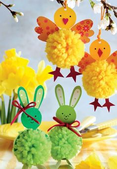 De søde harer og kyllinger er nemme at lave, og de vil med garanti sprede… DIY Easter chicks and Easter bunnies with pompoms - Hjemmet DK: Adorable little pom pom chicks and pom pom bunnies for Easter. What cute Easter decorations and fun kids craft pr Spring Crafts, Holiday Crafts, Fun Crafts, Diy And Crafts, Paper Crafts, Color Crafts, Creative Crafts, Easter Activities, Craft Activities