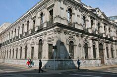 El Palacio Larraín Zañartu fue un palacio ubicado en Santiago de Chile, de estilo neoclásico, proyectado por arquitecto francés Lucien Hénault y construido por la familia Larraín Zañartu en 1872. Se emplazaba en la esquina de las calles Morandé y Compañía de la capital chilena, y actualmente solo se conserva su fachada. El Palacio Larraín Zañartu fue construido en 1872 por Lucien Hénault, arquitecto que también edificó la Casa Central de la Universidad de Chile, el Teatro Municipal y el ex…