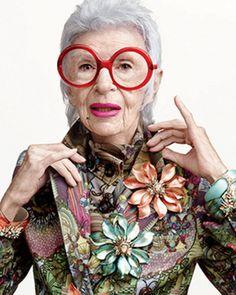 """La 93enne Iris Apfel, esperta di moda e interior designer, è la nuova testimonial del brand americano di gioielli Alexis Bittar. Accanto a lei, l'azienda ha ingaggiato l'editor e attrice 19enne Tavi Gevinson. Si tratta di due generazione agli antipodi per le foto scattate da Terry Tsiolis e commentate così dallo stesso Bittard: """"Vendiamo prevalentemente a donne …"""