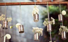 decoração usando latas sem rótulo e vários tipos de flores!! super fofo !