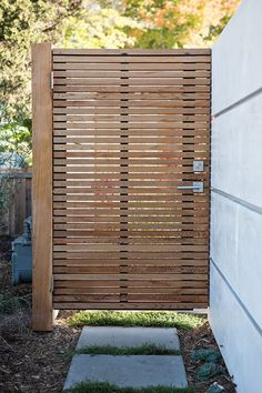 Add value to your home with best front yard landscape. Explore simple and small front yard landscaping ideas with rocks, low maintenance, on a budget. Wooden Garden Gate, Garden Doors, Garden Gates, Patio Doors, Backyard Door, Backyard Layout, Backyard Fences, Backyard Privacy, Maison Eichler