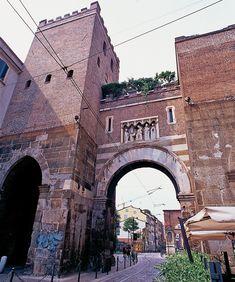 """Porta Ticinese Medioevale-Torre di fine 800 alta 6 m.E' 1 delle porte maggiori sul tracciato delle Mura di MI.Chiamata anche P.ta Cicca,xché l'unica porta cittadine ad avere 1 sola apertura,venne poi rifatta nel 1861 aprendone 2 fornici laterali,conferendole l'aspetto attuale.L'antica Porta assieme agli archi di P.ta Nuova,è l'unica sopravvivenza delle antiche mura milanesi del XIsec.Vicina Colonne di S.Lorenzo e omonima basilica,oggi luogo della """"movida"""" Milanese. WWW.ORIZZONTENERGIA.IT…"""