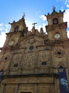 Igreja de Santa Cruz 02- Foto Amanda Correa Braga Portugal, Church Architecture, Windsor Castle, Barcelona Cathedral, Building, Travel, Charts, Travel Books, Temples
