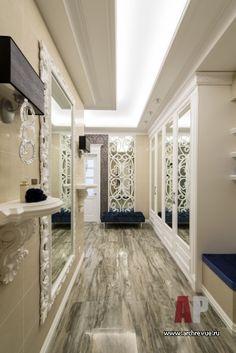Фото интерьера коридора небольшой квартиры в стиле неоклассика