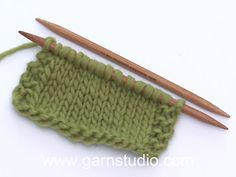 Right stitches - US and English style (tutorial video)-Rechte Maschen – US und englische Art (Tutorial Video) Little Miss Ribbons Mittens / DROPS Baby – Free knitting patterns by DROPS Design - Drops Design, Baby Knitting Patterns, Free Knitting, Knitting Stitches, Easy Knitting Projects, Woven Wrap, Knitted Slippers, Knit Crochet, Free Pattern