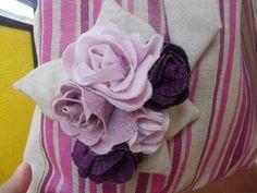 Una borsa molto capiente con fodera e chiusura interna e applicazioni di rose in stoffa