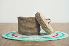 De Estraperlo: Crocheting with natural fibres, jute box with lid - free crochet pattern in English and Spanish.