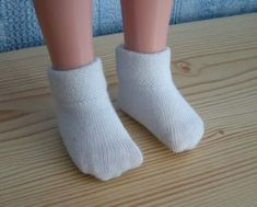 Patron et Tuto chaussettes et collants (à partir de chaussettes d'adultes) Barbie Dress, I Dress, Doll Dresses, Doll Patterns, Clothing Patterns, Marie Clare, Nancy Doll, Diy Vetement, Chloe Shoes