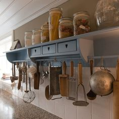 Lovely Country Kitchen Armonk That Will Impress You For See more ideas around House decorations, Kitchens and Country Kitchen. Obtain inspiration ideas today! All White Kitchen, White Kitchen Cabinets, Wooden Kitchen, Kitchen Shelves, Rustic Kitchen, Diy Kitchen, Rustic Country Kitchens, Sweet Home, Kitchen Flooring