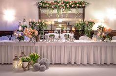 NORD oferuje barwną paletę dekoracji weselnych. Wysmakowaną, nowoczesną elegancję połączoną z gustownymi dodatkami (kwiaty, świece). Sala weselna Szczecin